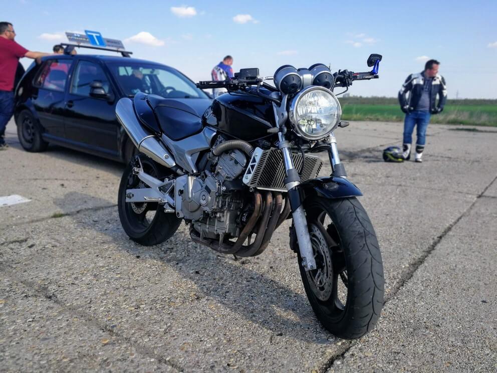 BD Autósiskola motoros E-learning KRESZ tanfolyam gyakorlás - rutinpálya Mohács - fekete Honda motor
