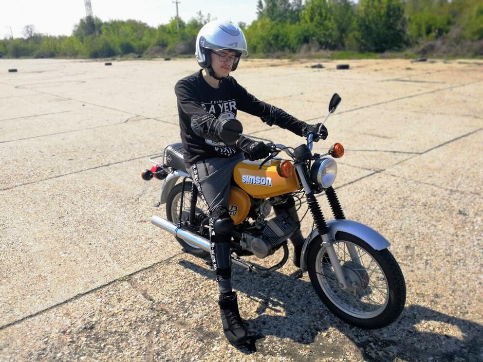 BD Autósiskola motoros E-learning KRESZ tanfolyam gyakorlás - rutinpálya Mohács - sárga Simson