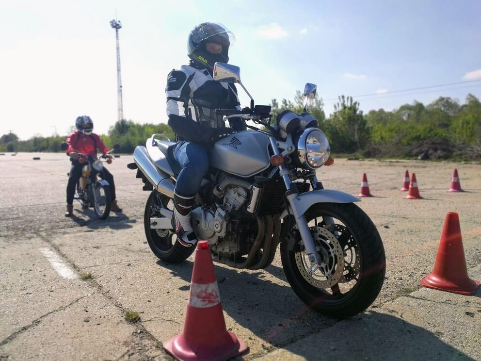 BD Autósiskola motoros E-learning KRESZ tanfolyam gyakorlás - rutinpálya Mohács - ezüst Honda motor